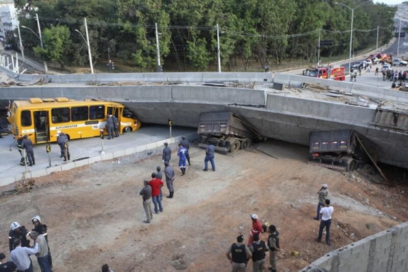 Dos personas murieron y otras 19 resultaron heridas cuando la estructura de un viaducto en construcción se derrumbó en Belo Horizonte, donde la próxima semana se jugará una semifinal.
