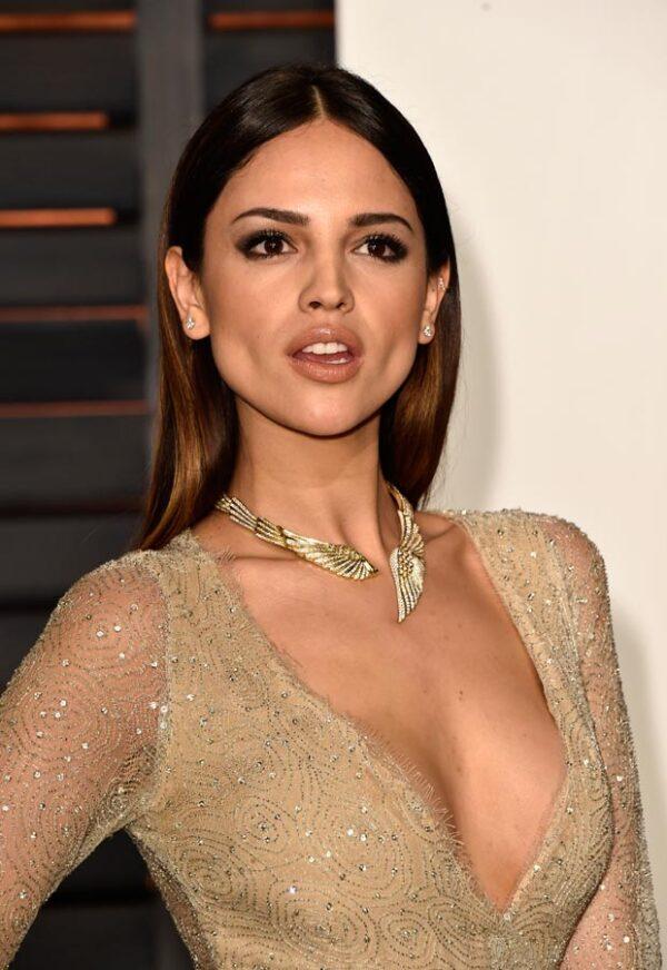 ¡Qué escote Eiza! La actriz mexicana optó por revelar tanto en el escote como en las piernas con una gran abertura.