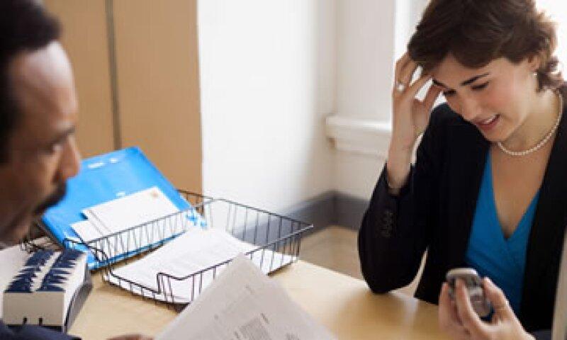 Algunos errores garrafales en una entrevista con contestar el celular o desconocer información relevante sobre la empresa que postula la oferta. (Foto: Thinkstock)