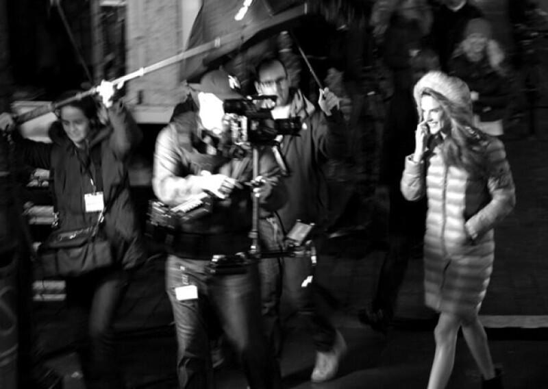Alessandra Ambrosio se cubría del frío con una chamarra, pero cuando era hora de las fotos, sonreía a la cámara con toda la actitud.