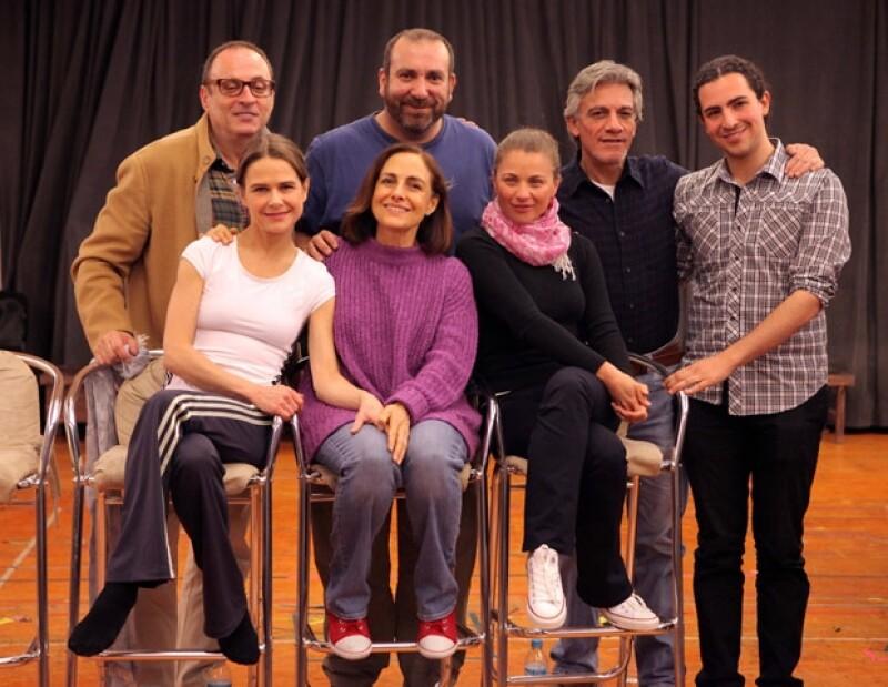 Nailea con el elenco de la obra Espejos, donde actúan Diana Bracho y Ludwika Paleta.