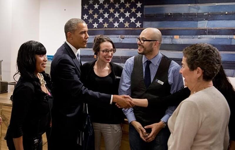 Obama charló con los empleados y se fotografió con ellos.
