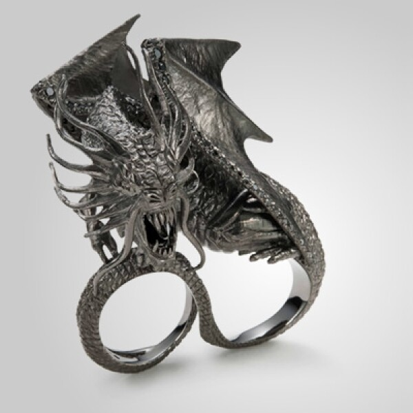 Alejándose de lo obvio y de los personajes conocidos de la historia, eligieron los elementos naturales y criaturas espectaculares, para darle forma a los cinco anillos.