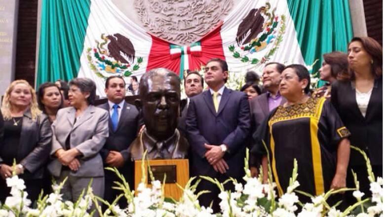 Los legisladores entonaron el himno nacional y recordaron la memoria de Lázaro Cárdenas.