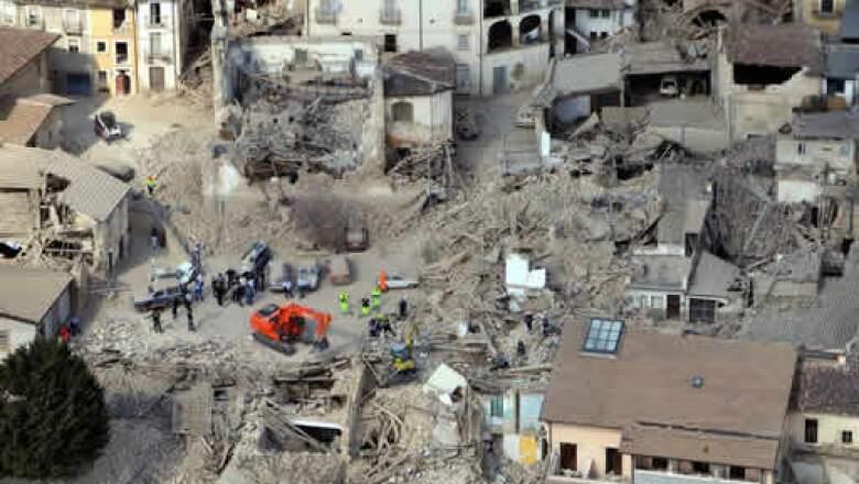 El sismo ocurrió poco después de las 3:30 hora local (01:30 GMT) del lunes, y destruyó casas, viejas iglesias y otros edificios en 26 ciudades y aldeas.