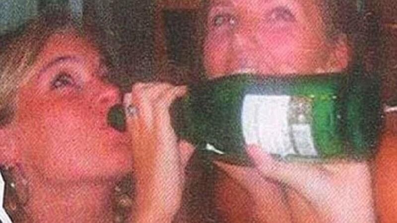 Cressida Bonas, con quien el miembro de la realeza mantiene una relación desde hace casi un año, fue captada tomando shots de una botella, tocando el torso de un hombre y besando a una amiga.