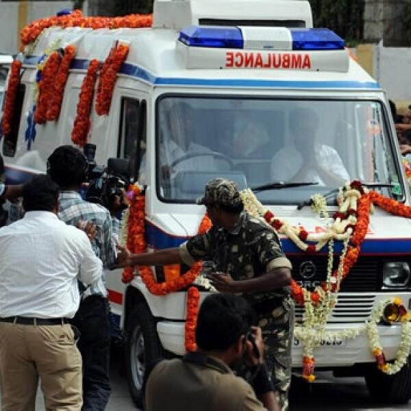 una ambulancia con el cuerpo de sai baba llega a su ashram