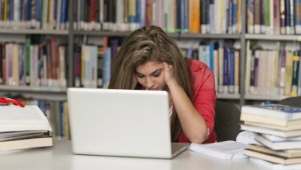 Los alumnos estresados presentan estrés debido a factores como la sobrecarga académica y el tiempo insuficiente de descanso. (Foto: iStock by Getty Images)