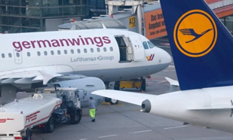 La acción de Lufthansa, propietaria de la aerolínea Germanwings, cae 1.78%. (Foto: Reuters )