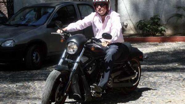El presidente de Chivas llegó ayer en moto al entrenamiento del equipo. Y claro, como conductor responsable, no olvidó ponerse el casco, además, protegió sus ojos con unos modernos lentes de sol.