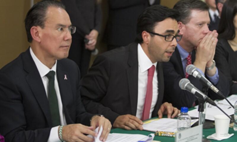 Gabriel Contreras -centro- dijo que entre los recursos que solicitan están más de 280 mdp para la compra de camionetas. (Foto: Notimex)
