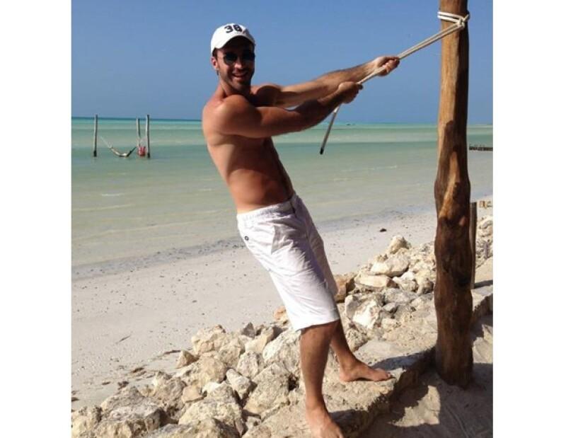 Una de sus mayores pasiones es viajar y le encanta descansar en la playa.