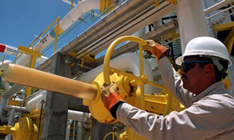 Las reformas podrían ser la clave para detener el declive en la producción de crudo. (Foto: Cuartoscuro)