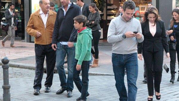 El empresario mexicano fue fotografiado por las calles de Oviedo, España, a donde viajó en familia para apoyar al equipo de futbol de dicha ciudad y del cual es accionista mayoritario.