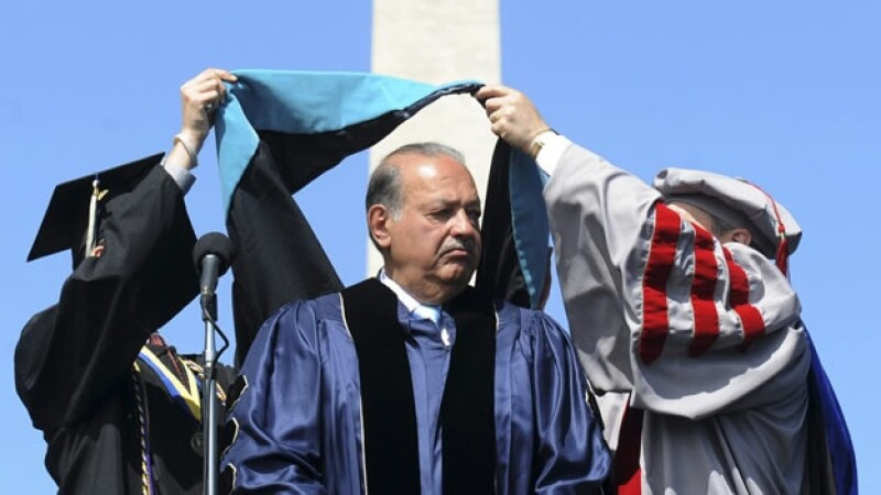 Carlos Slim recibe un grado honoris causa