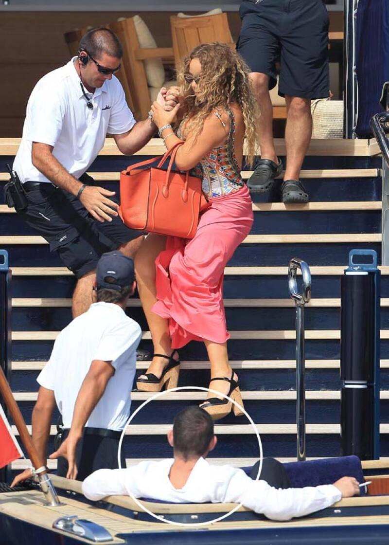 What a gentleman?! James Packer, la nueva pareja de la cantante, miró cómo su novia tropezaba mientras bajaba unas escaleras pero esperó a que el personal fuera quien la ayudara