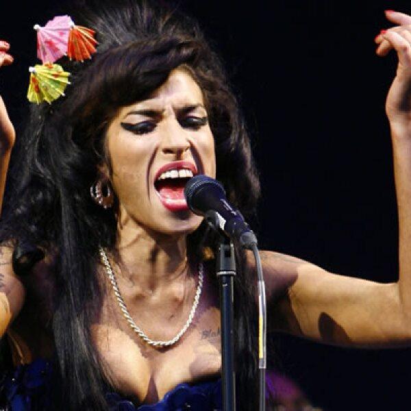 """Su sello discográfico se dijo que profundamente triste por la """"súbita pérdida"""" y que sus oraciones estaban con la familia de la cantante británica."""