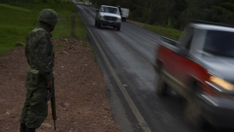 Militares custodian caminos de Michoacan