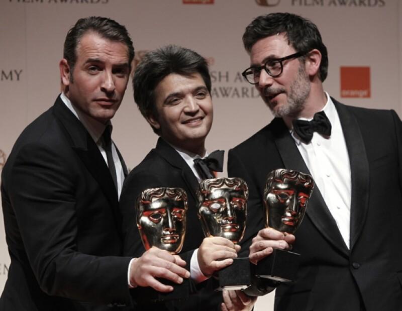 Jean Dujardin, el productor Thomas Langmann y el director Michel Hazanavicius, felices con sus respectivos galardones.