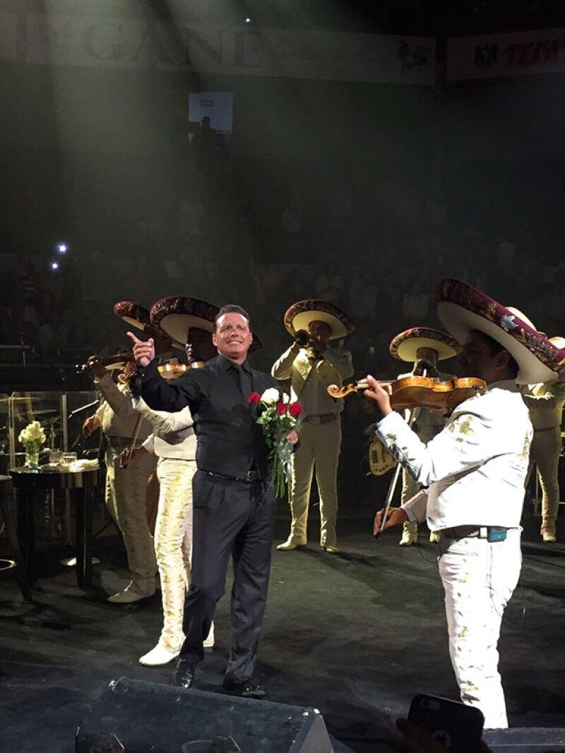 """Entre ovaciones, flores, regalos y hasta con mordida de pastel, fue como """"El sol"""" recibió su cumpleaños número 45 durante su segunda noche de concierto en Aguascalientes."""