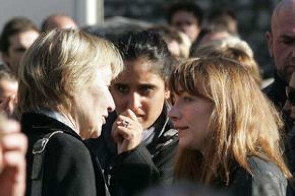 Aquí la mamá de Carla Bruni (derecha), Marisa Borini, dándole el pésame a la hermana de Depardieu, Julie.