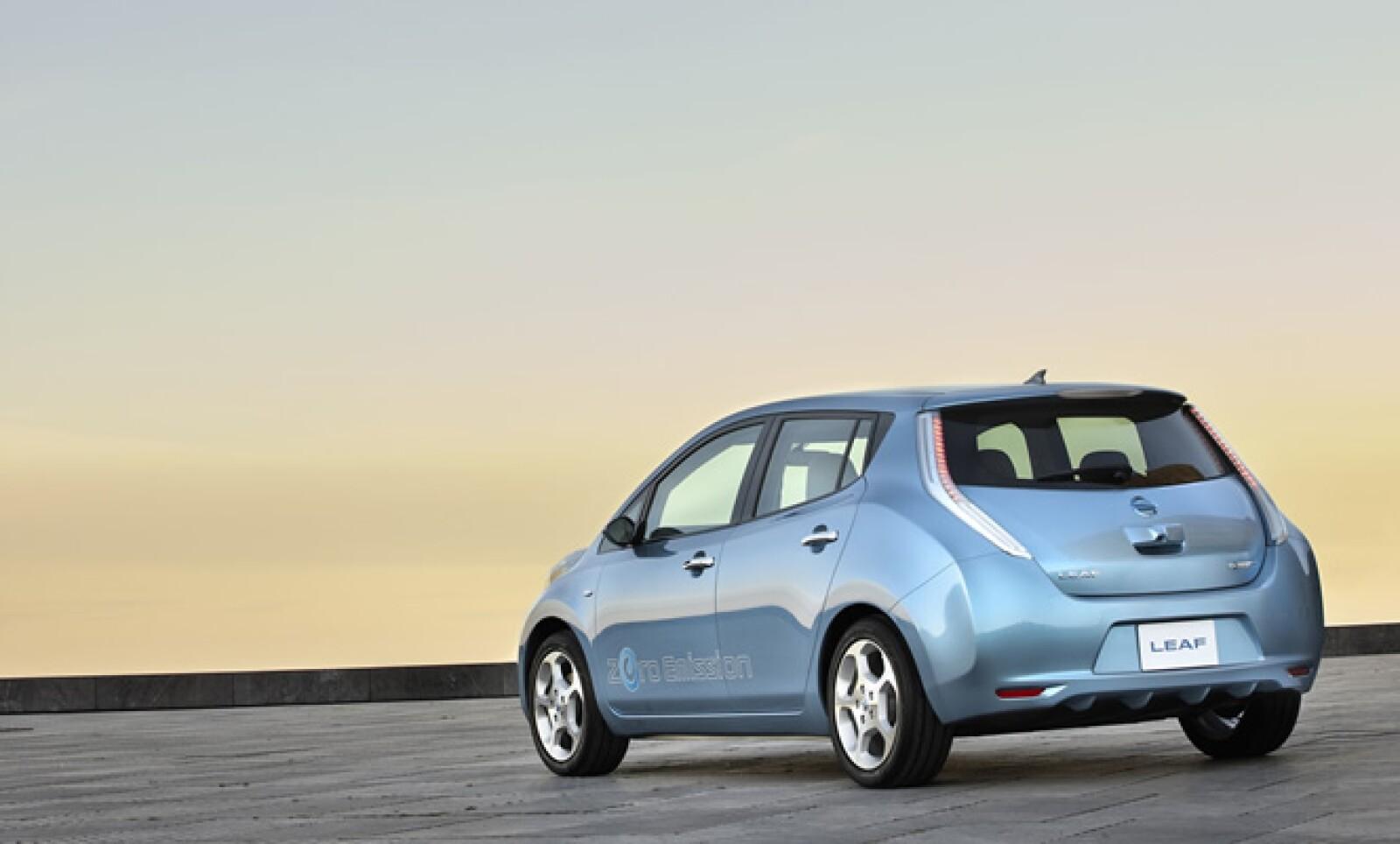 El modelo Nissan Leaf es un vehículo para cinco pasajeros y alcanza una autonomía de 160 kilómetros; el motor eléctrico desarrolla 109 caballos de fuerza, y se alimenta de baterías de iones de litio, las cuales se recargan en 10 horas.
