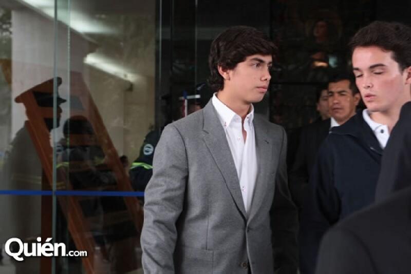 Alejandro estudia la secundaria en Houston, Texas. En ausencia de su papá él es el hombre de la casa. .