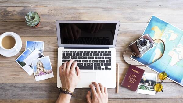 Travel planning on computer viaje computadora vacaciones planeacion viajero