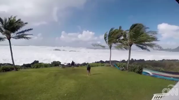 Una ola gigante llega hasta el jardín de una casa en Hawái