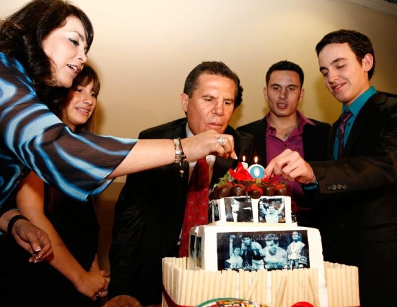 CELEBRA SUS 49. Hace unos días su esposa e hijos (Elizabeth, Nicole, Julio César, Omar y Christian) le organizaron una fiesta sorpresa a Chávez.