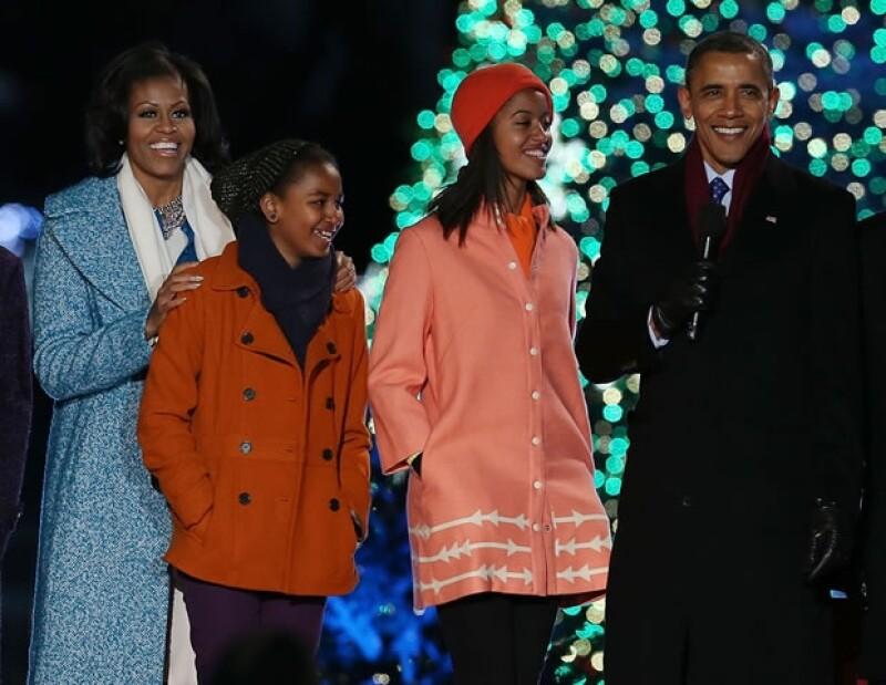 Vestidos en un winter chic perfecto, la familia Obama celebró la temporada navideña prendiendo el árbol y cantando con celebridades.