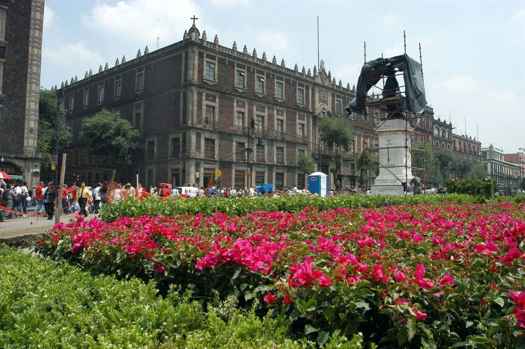 MEXDF 22JUNIO2004.- Las obras de remodelaciòn de la calle Monte de Piedad, estan en la fase final. Seran colocadas decenas de plantas. FOTO: Germàn Romero/CUARTOSCURO.COM