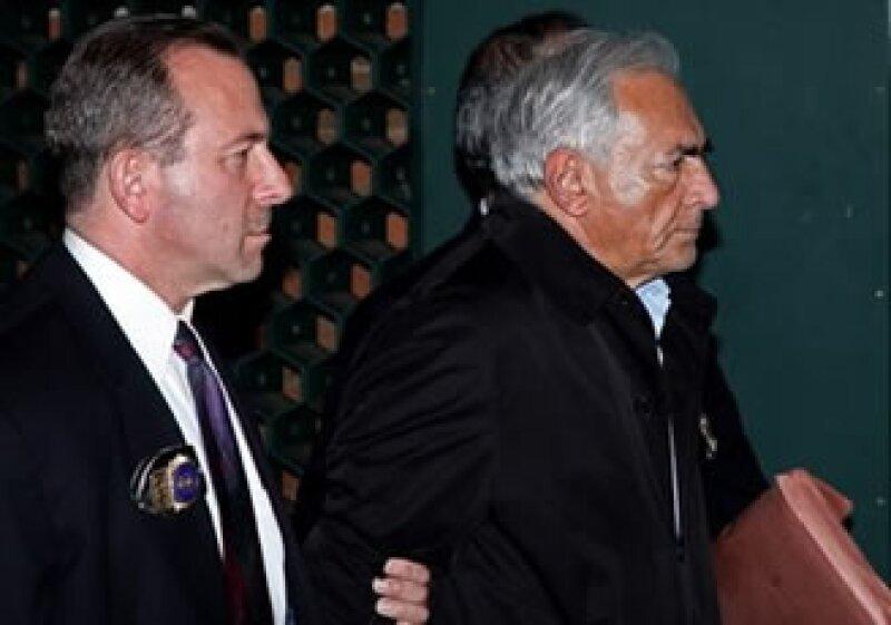 El partido socialista francés calificó de degradantes las imágenes del trato a Strauss-Kahn en EU. (Foto: AP)