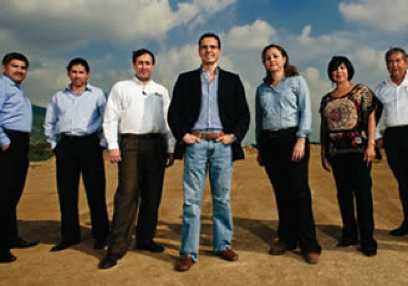Marco Ferrara (al centro) y su equipo en el terreno de Monterrey dónde se construirá el primer Centro de Atención Integral.  (Foto: Selma Fernández)