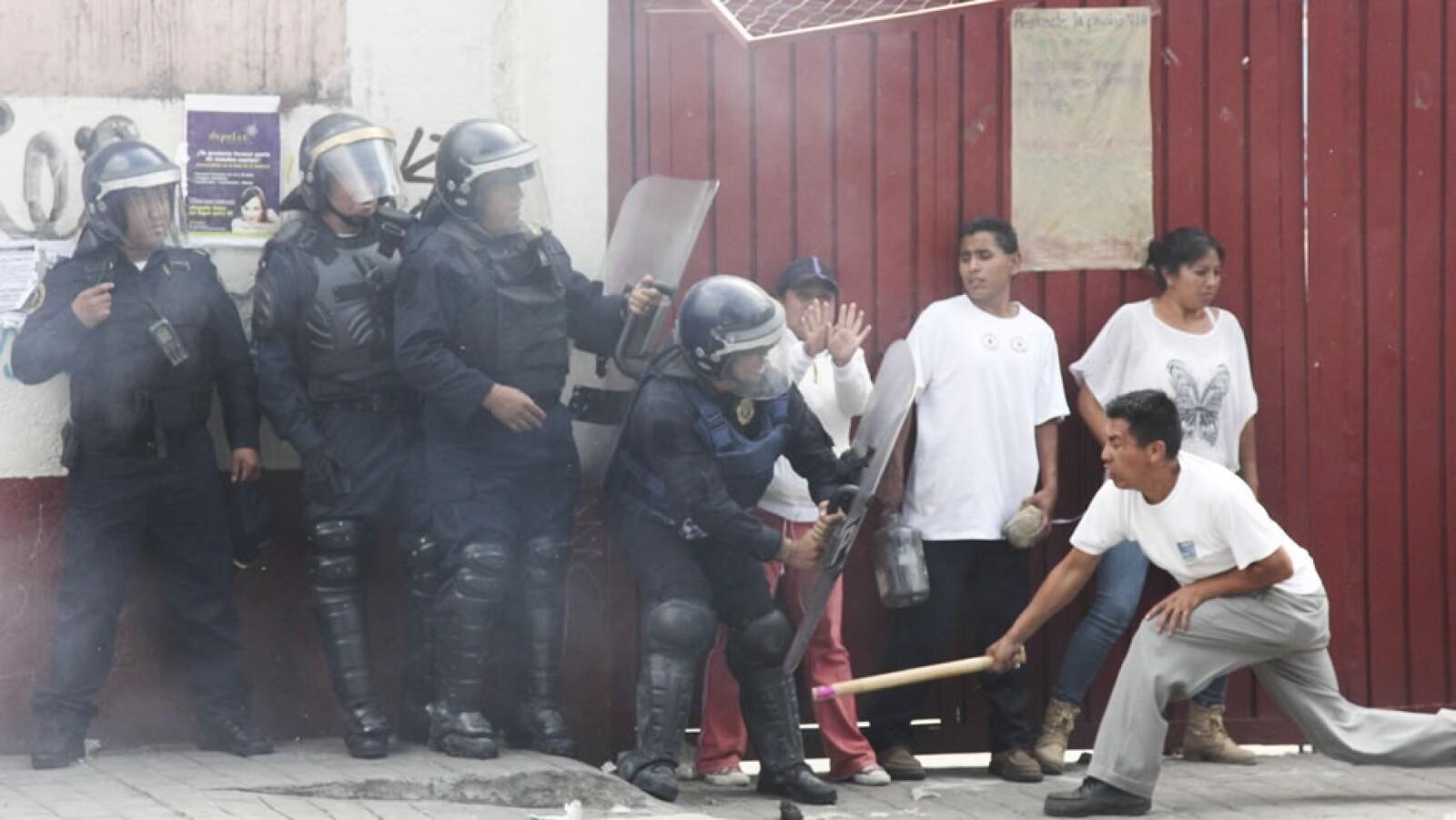 Un poblador se armó con un palo para enfrentarse a los elementos de seguridad pública