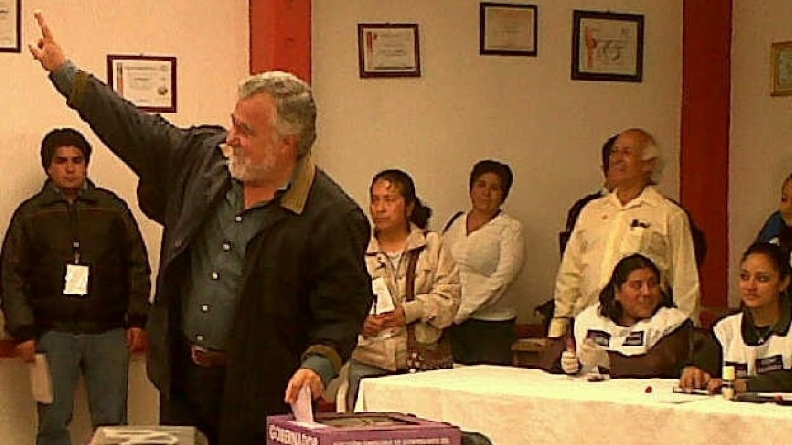 Alejandro Encinas muestra su dedo entintado