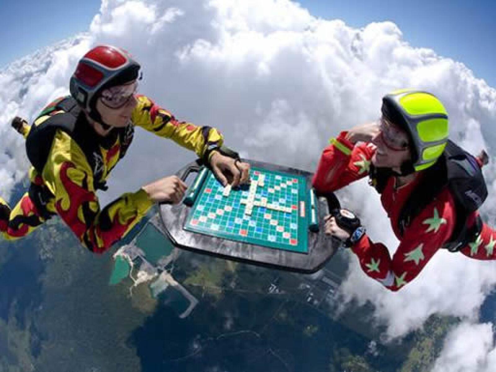 Los paracaidistas Nicole Angelides y Ramsey Kent mezclaron su pasión por las alturas con el amor al juego, jugando Scrabble a más de 4 mil metros sobre Florida.