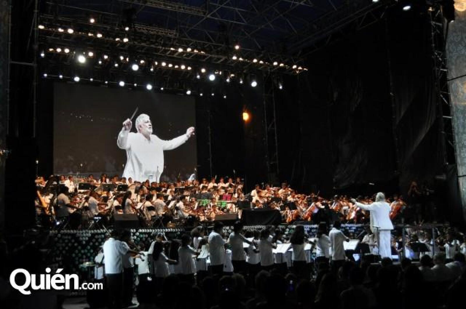 El tenor aseguró sentirse muy contento y agradecido de poder cantar esa noche.