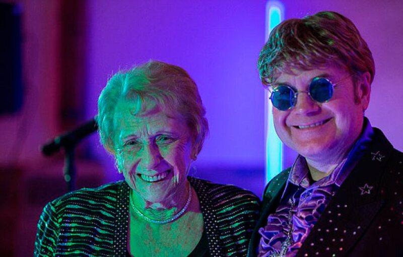Sheila y Elton no se dirigen la palabra, por lo que tomó la particular iniciativa de contactar a un imitador.