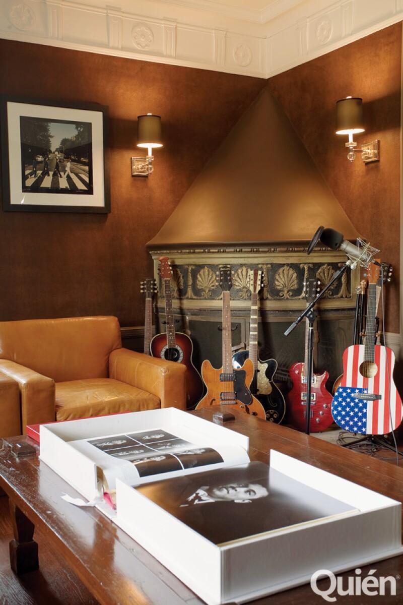 En este cuarto atesoraba sus guitarras, donde tiene una Gibson Les Paul, y da rienda suelta a su pasión por el rock.