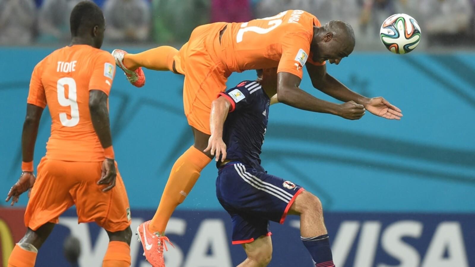 La defensa africana mostró empeño en no permitir goles y Souleymane Bamba (centro) tuvo una buena actuación