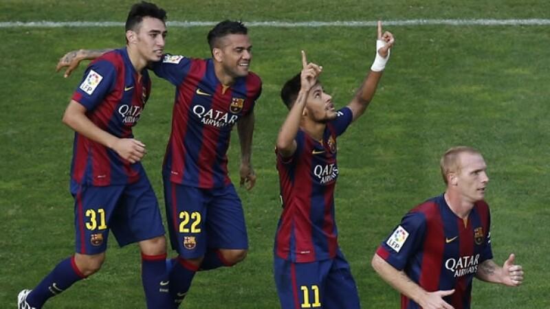 Neymar y sus compañeros celebran el triunfo de Barcelona ante Rayo Vallecano este sábado