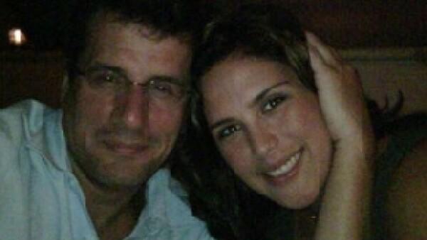 La entrega del anillo tuvo lugar en el café Romeo de la ciudad de Miami, donde festejaba su cumpleaños 35, cuando entró el mariachi y su novio Otto Padrón le entregó una caja grande.