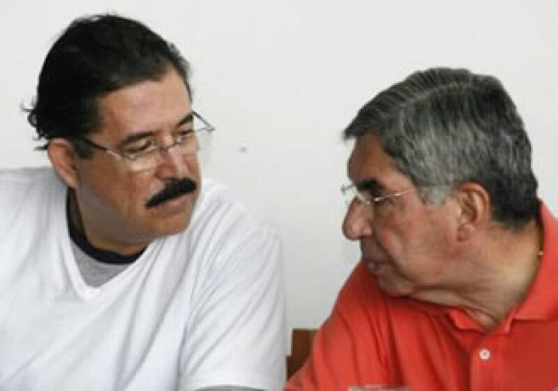 Manuel Zelaya (i) con el mandatario de Costa Rica, Óscar Arias (d), durante una conferencia en el país que le da asilo. (Foto: Reuters)