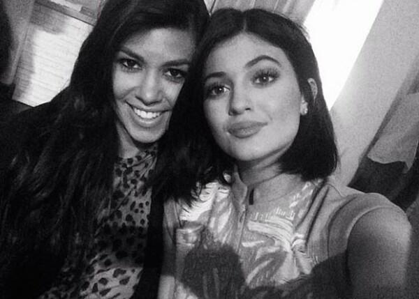 Kourtney Kardashian y Kylie Jenner, la mayor y menor del clan.