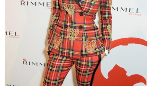 La cantante Rita Ora eligió un traje de cuadro escocés y no sabemos por qué lo hizo.