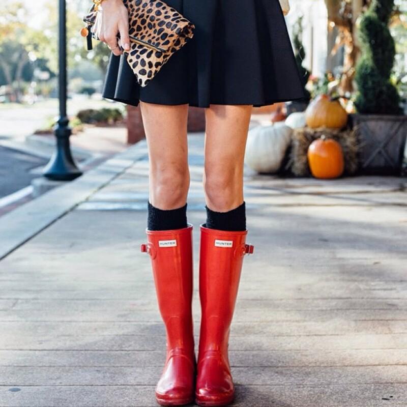 Taylor Morgan de Little Blonde Book con unas Hunter boots y una falda negra.
