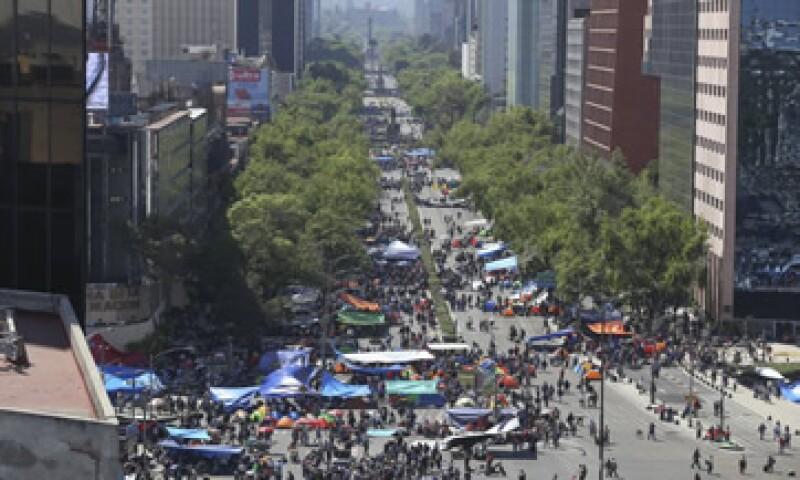 Los maestros colocaron hules y casas de campaña sobre Reforma. (Foto: Cuartoscuro )