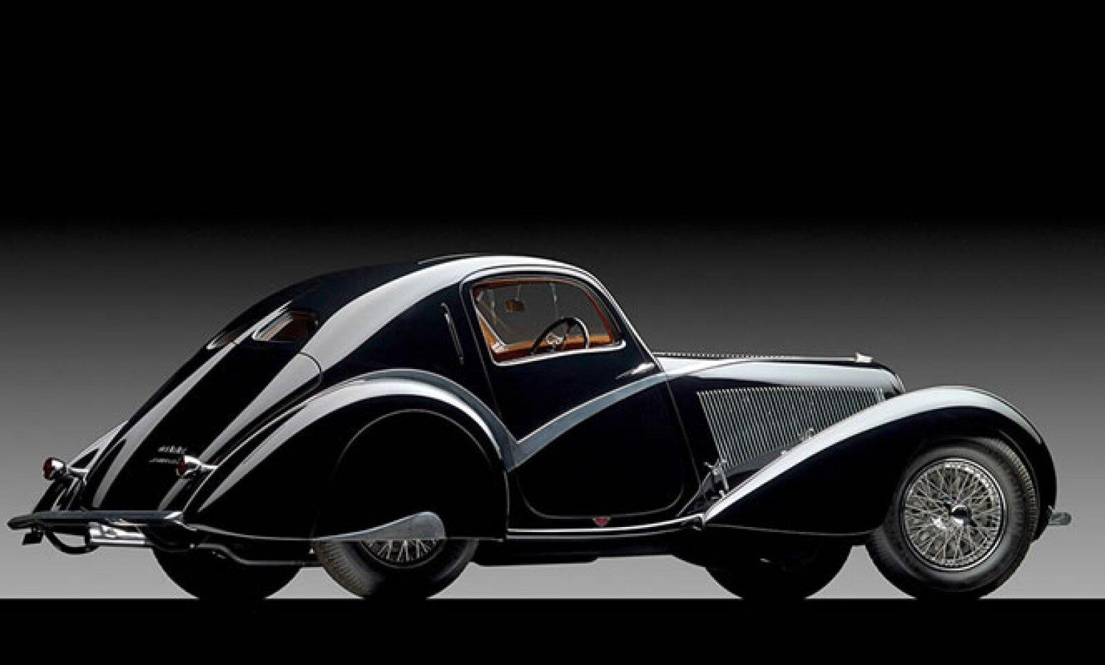 """En la subasta del """"Arte del automóvil"""", este coche clásico fue vendido por 2.4 millones de dólares (mdd)."""