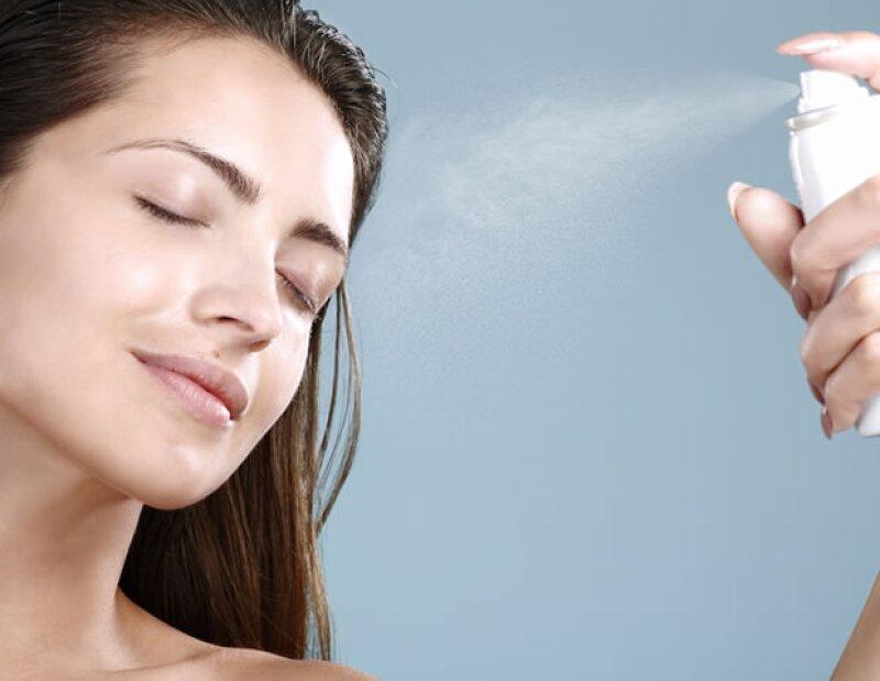 La laca del spray de pelo deshidrata la piel.